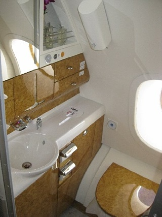 Emirates A 380 - Business Class Lavatory