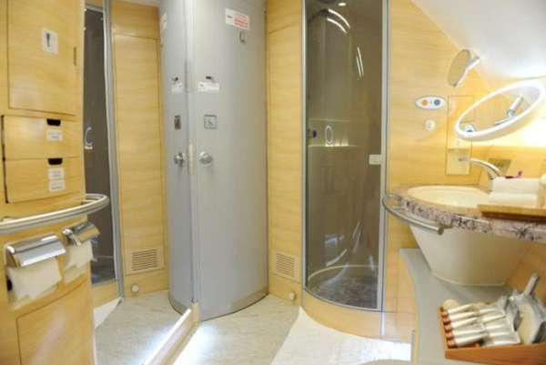 Emirates A 380  - Shower Spa